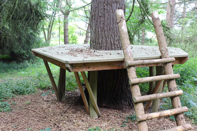 Et hævet trædæk som man kan sidde på.