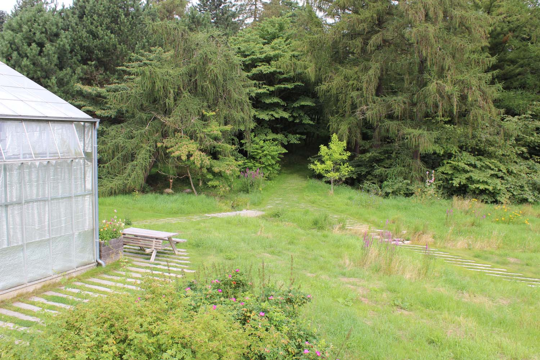 Billedet viser åbne engområder og afskærmede skovpartier.