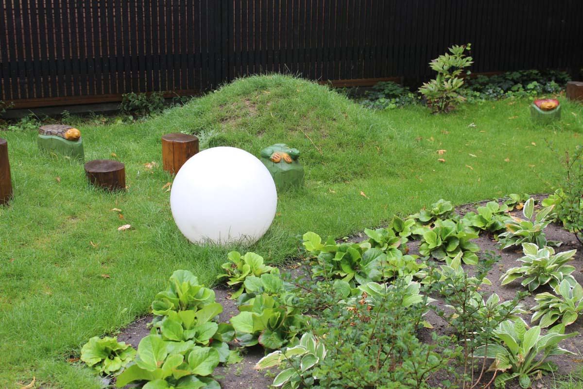 En lyskugle der er placeret i haven.