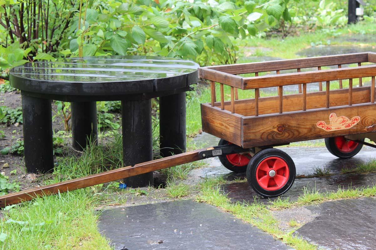 En lille platform i haven, som man kan sidde på.