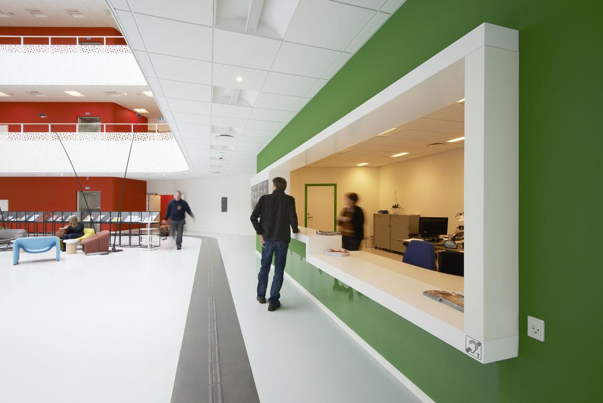 De farverige vægge hjælper sammen med lysets fordeling på metaloverfladerne i den store åbne opgang med orientering
