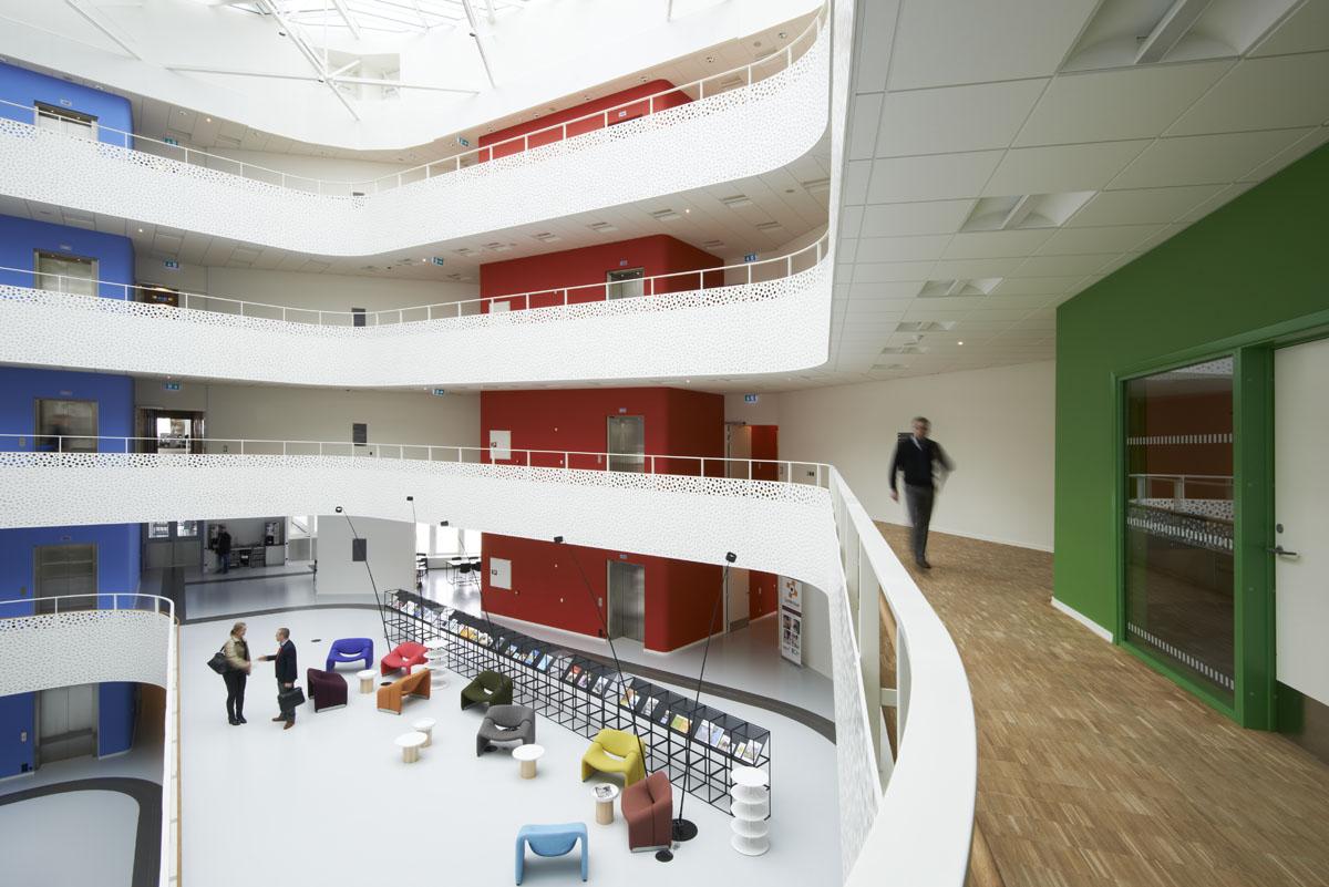 Kontorhusets kerner har hver sin farve, som er i rød, blå, grøn, pink og brun.