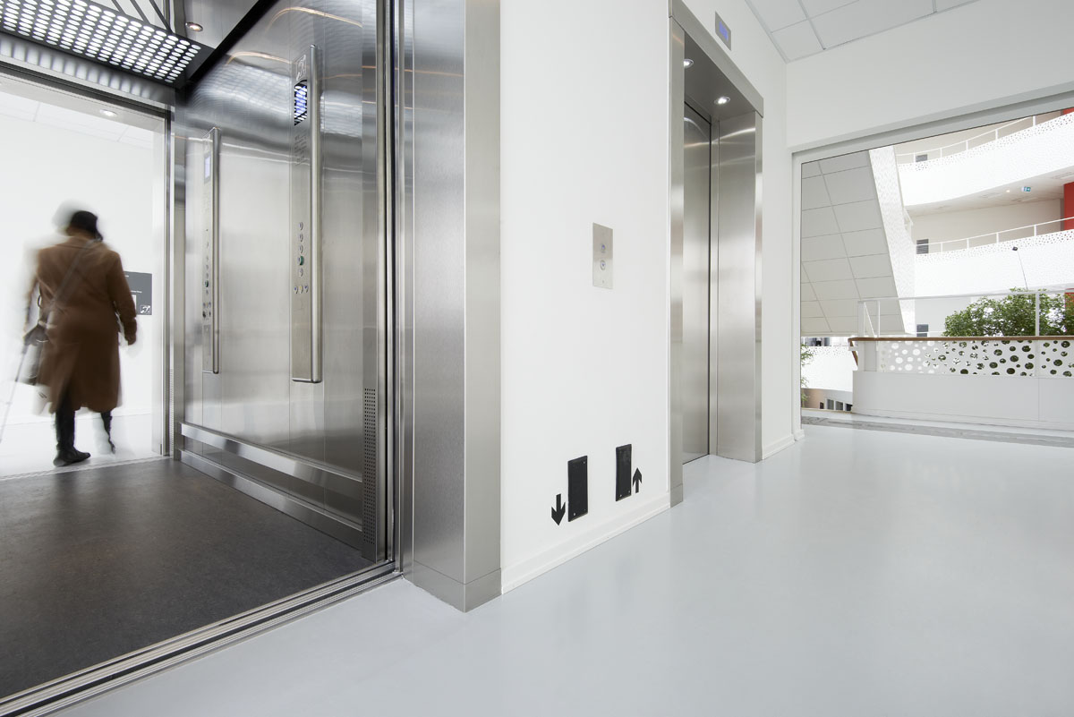 For at skabe en ligeværdig evakuering er der designet sikkerhedszoner ved elevatorerne, som giver plads til kørestolsbrugere.