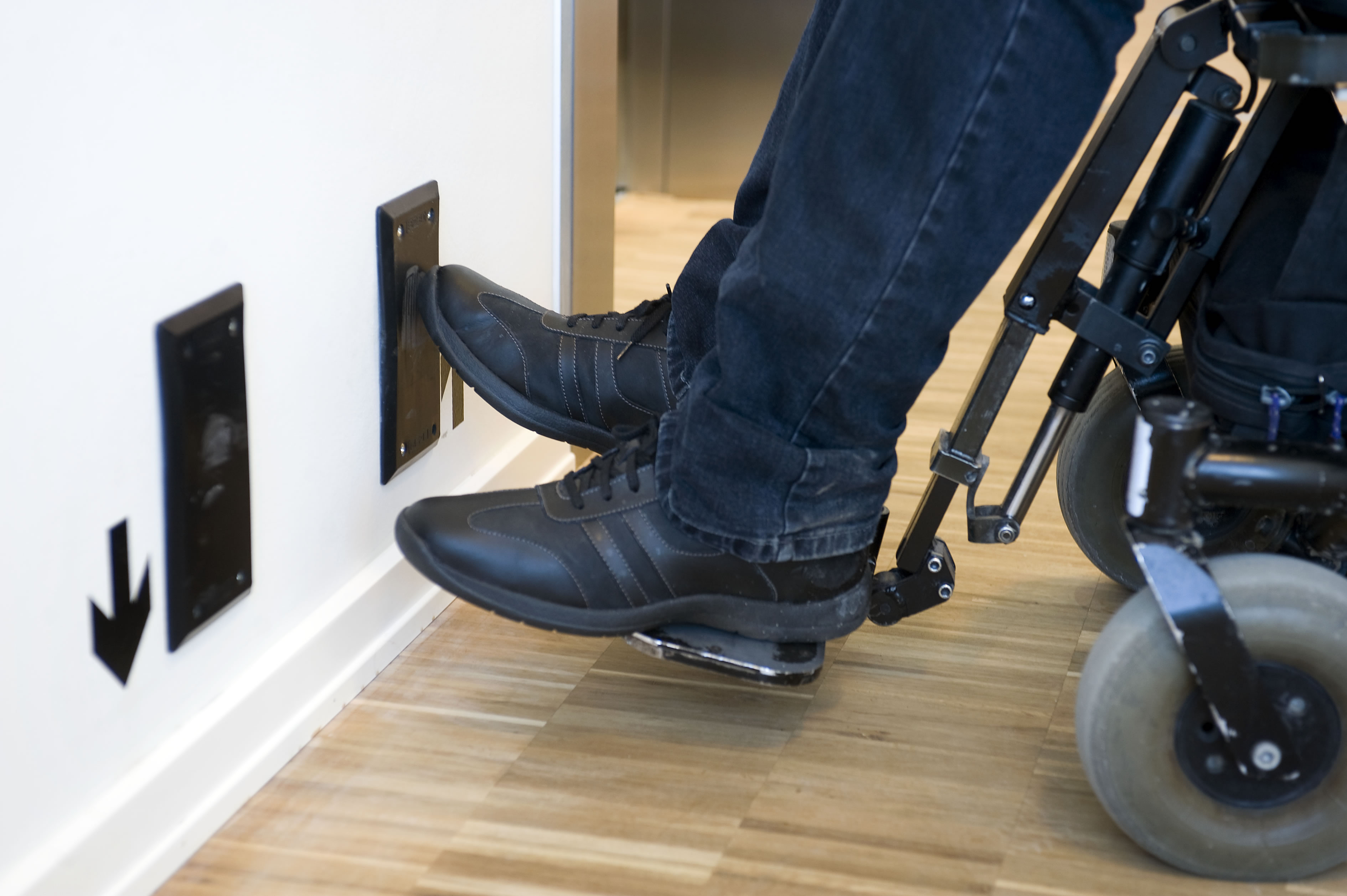 Elevatoren på billedet betjenes med fod, og er til dem, der ikke kan trykke på knapper med fingrene.