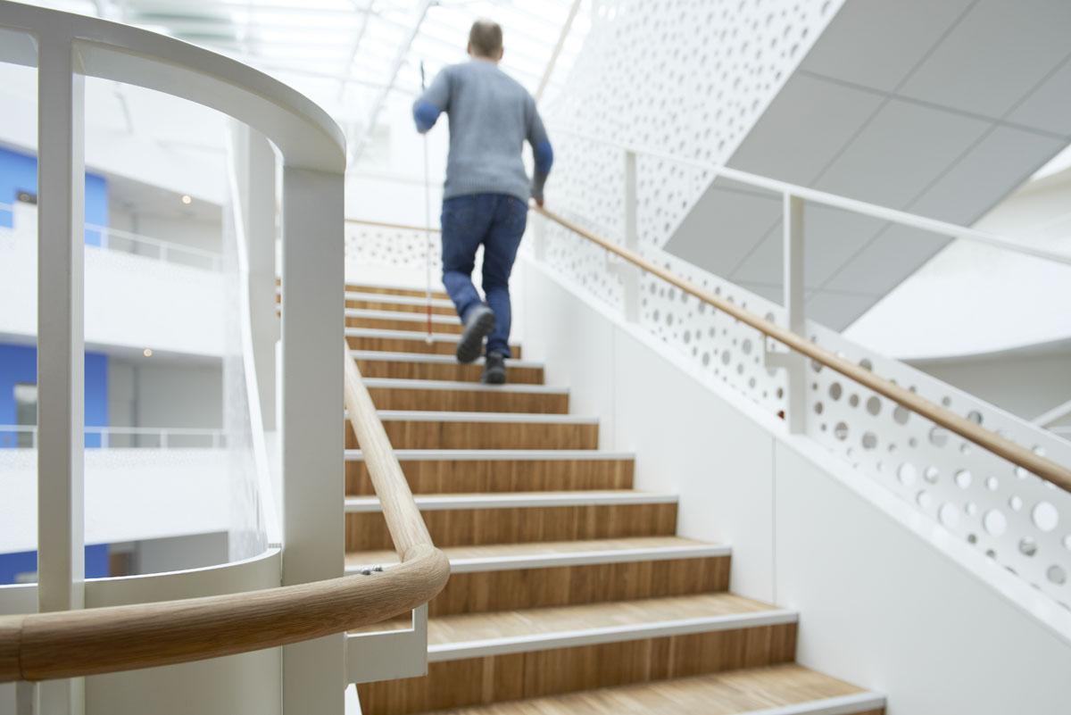 Trapperne og håndlisterne, som er af træ, hjælper blinde og svagtseende med at finde rundt i kontorhuset.
