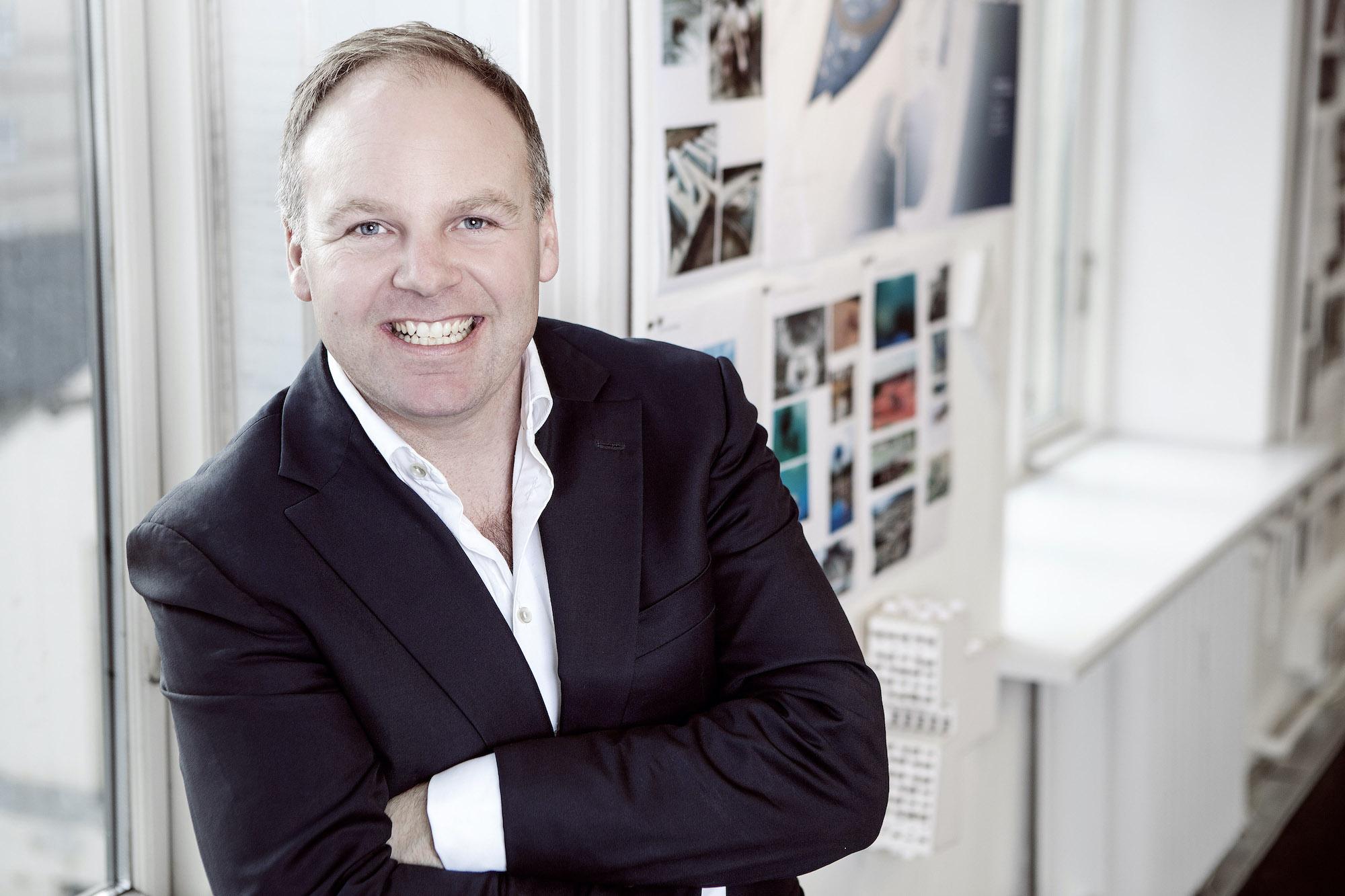 Arkitekt og partner på tegnestuen Force4 Andreas Lauesen. Ophængte billeder i baggrunden