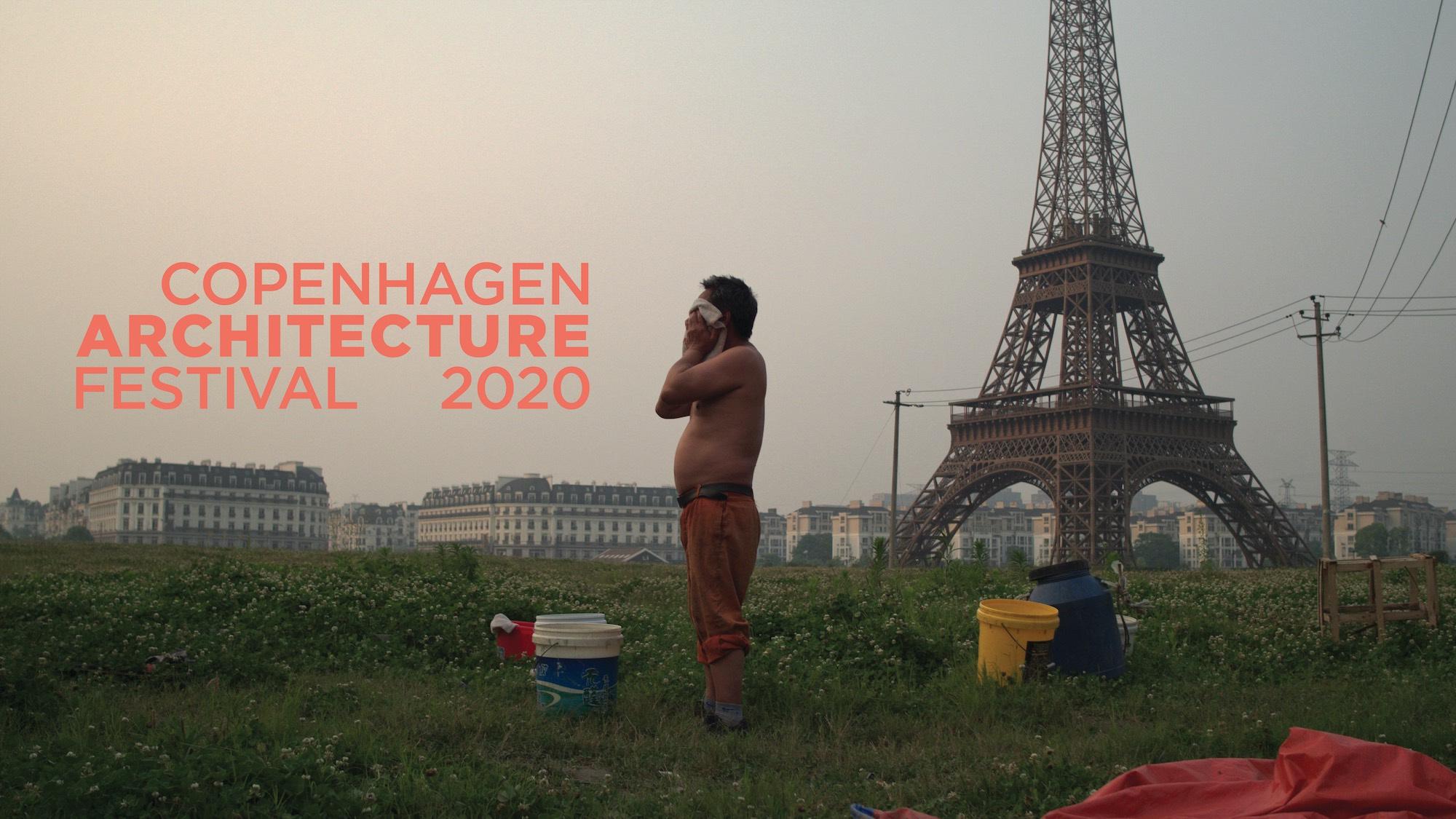 Mand tørrer sig i hovedet med håndklæde. Omkring ham i græsset står spande. Eiffeltårnet og bygninger i baggrund. Teksten Copenhagen Architecture Festival 2020 står til venstre.