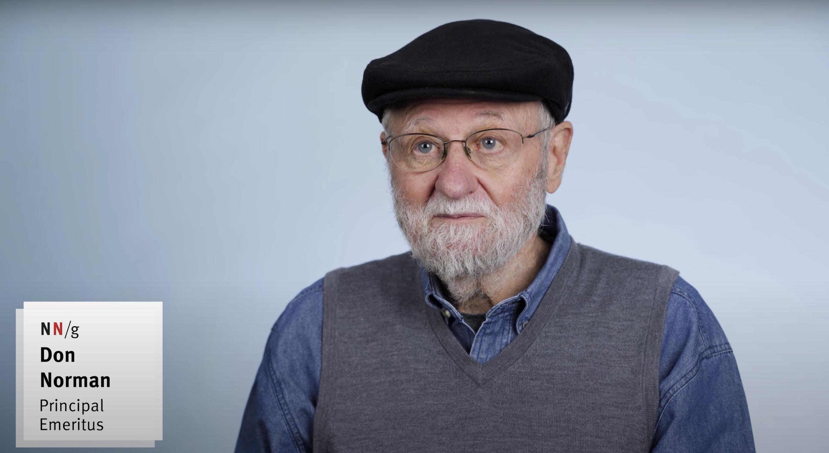 En sekvens fra artiklens video, der viser Don Norman tale.