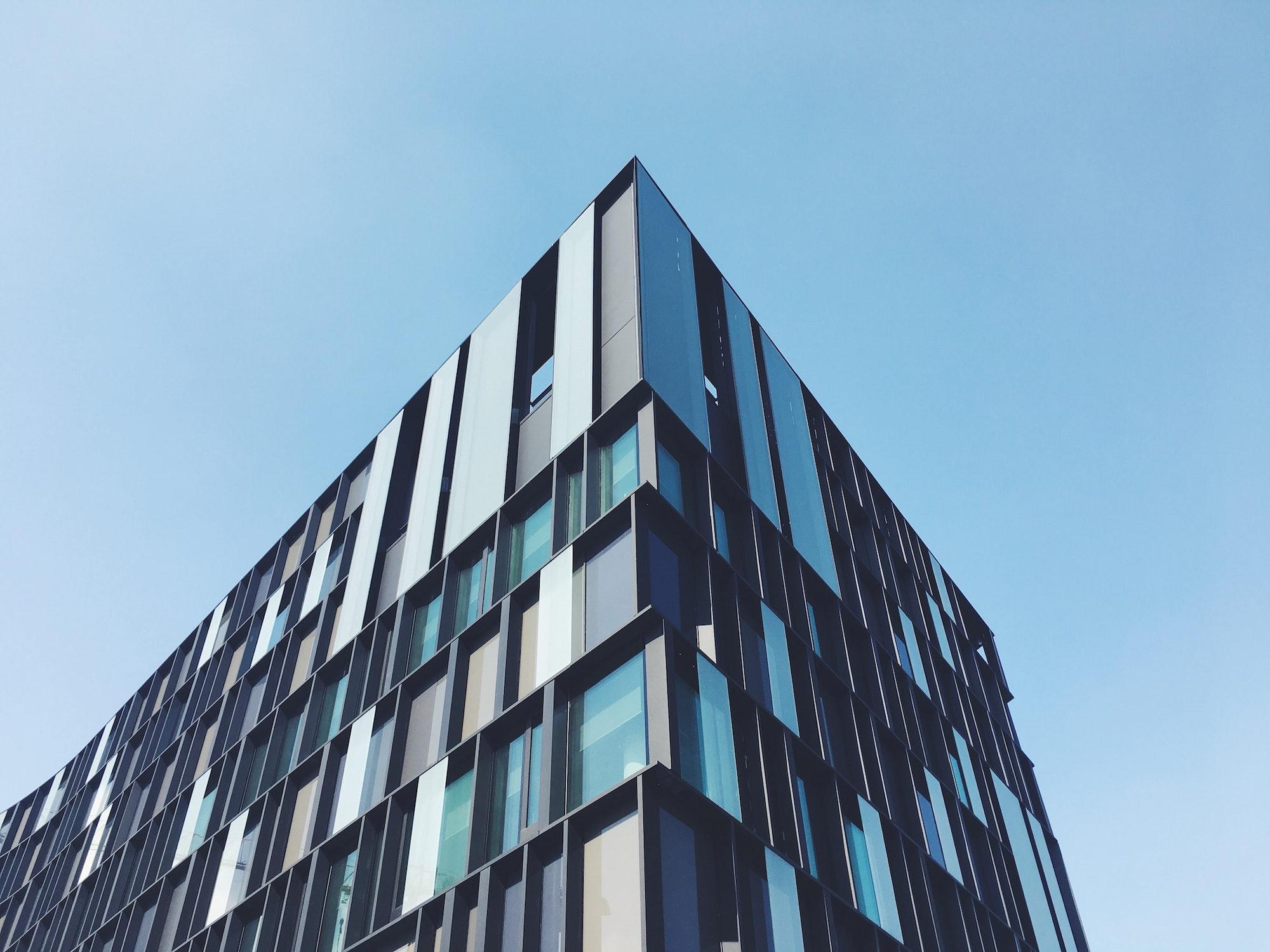 Toppen af det fjerneste hjørne af en bygning