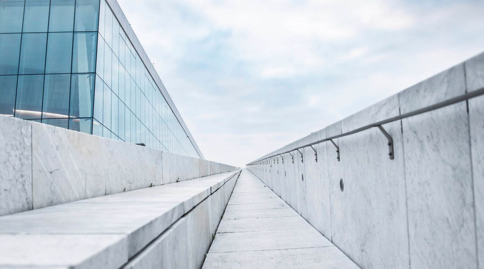 Sti i marmor ved Oslo opera