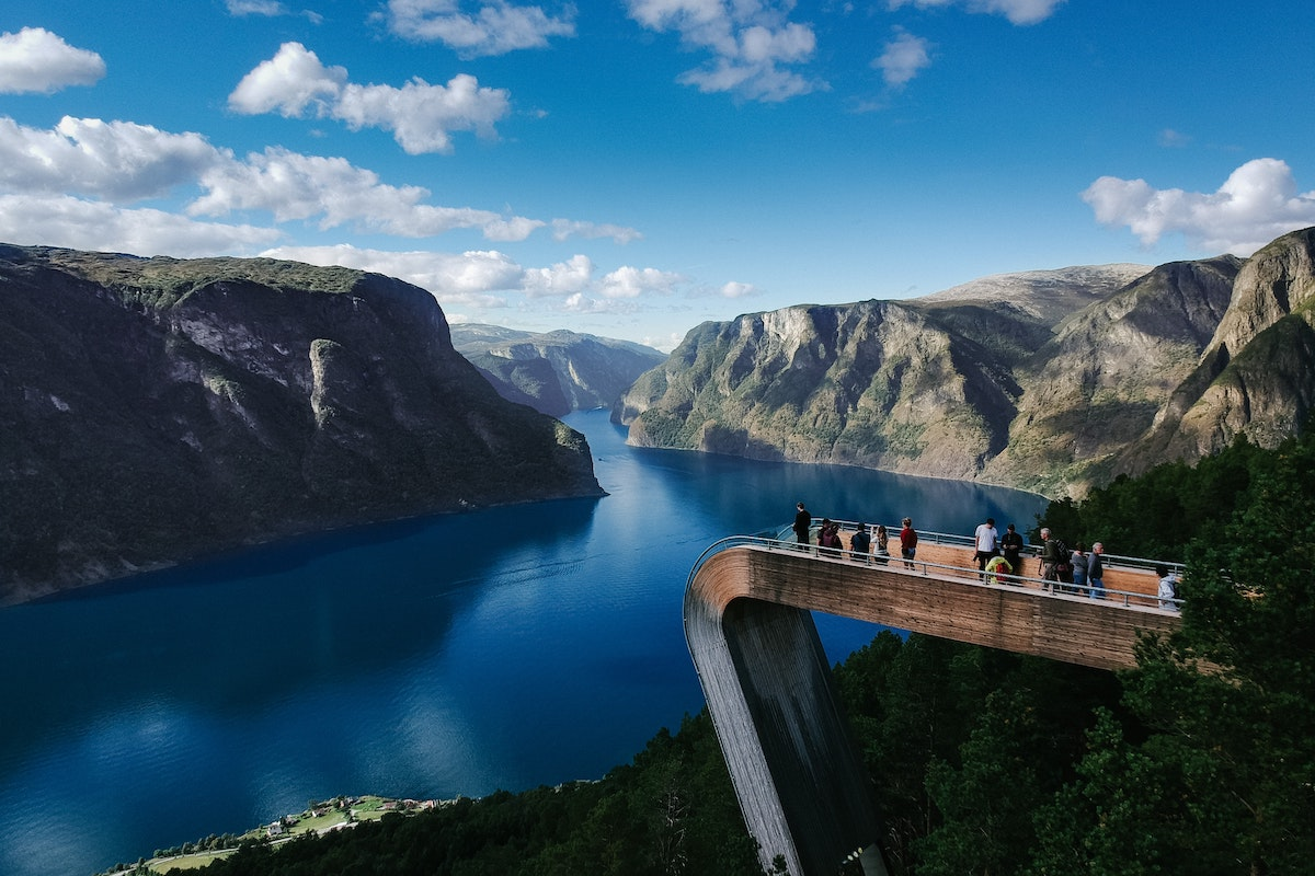 Bro med udsigt over fjord i Stegastein, Aurland i Norge