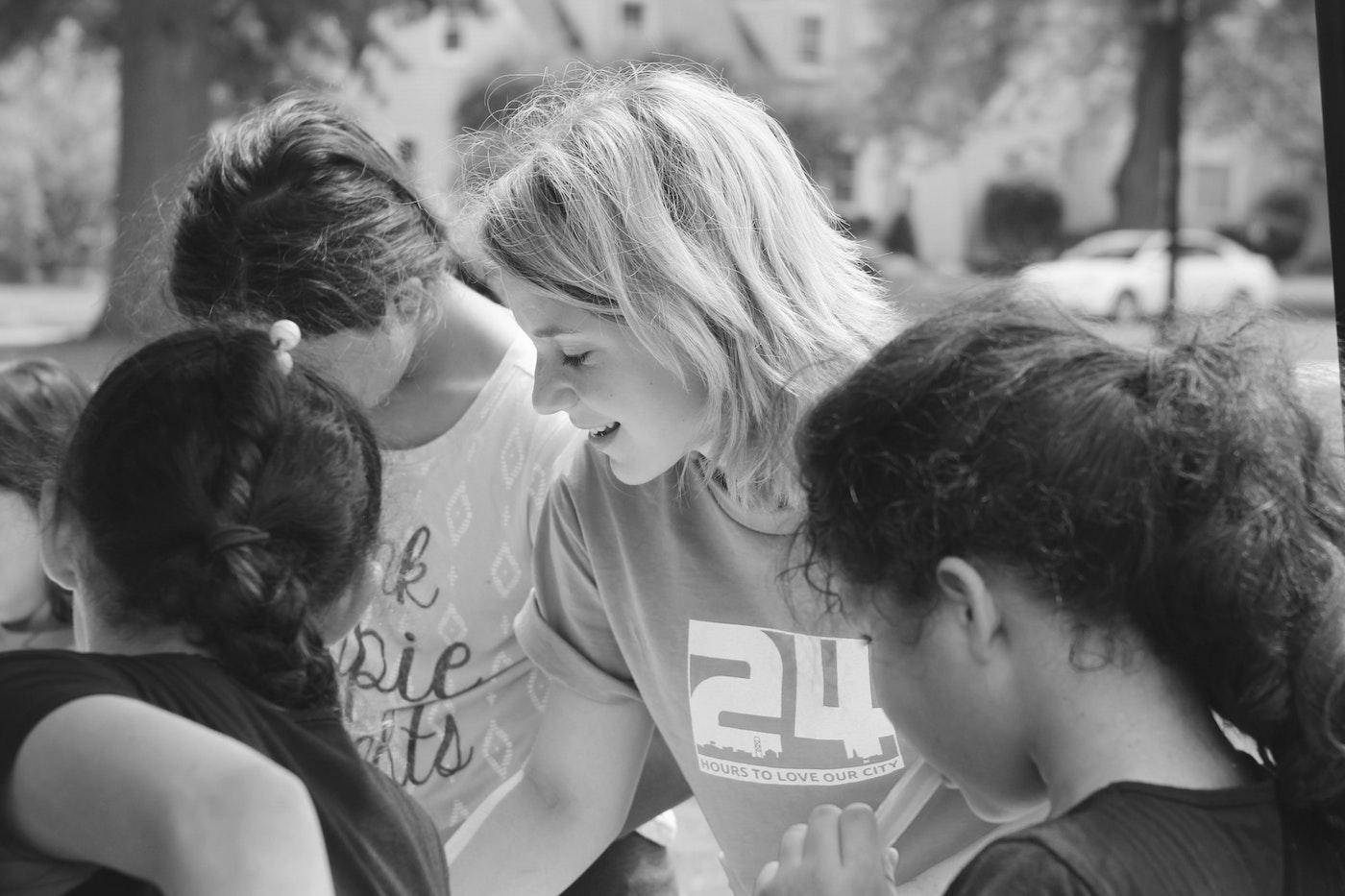En gruppe piger er samlet om en fælles aktivitet