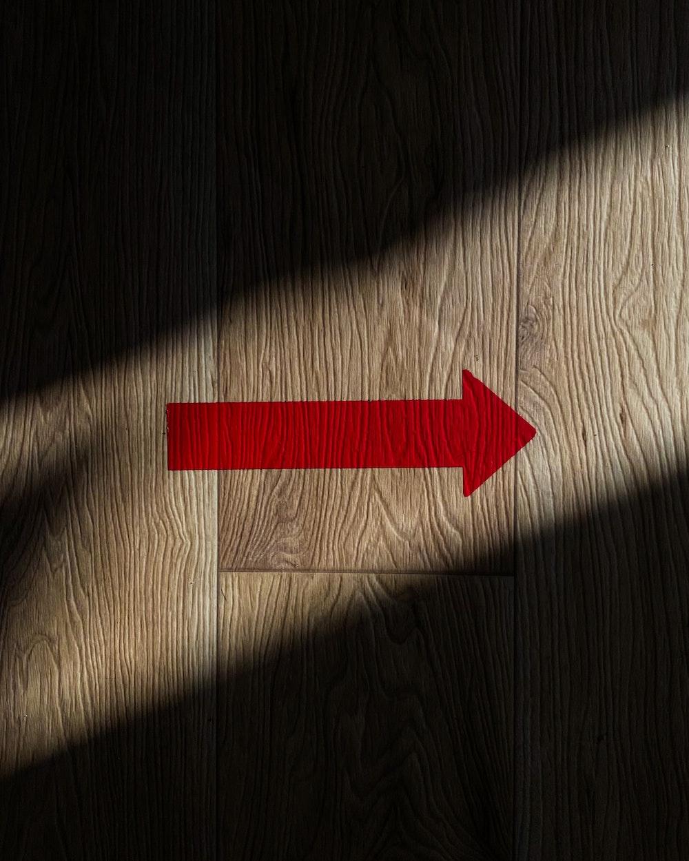 Trævæg med en rød pil, der peger mod højre