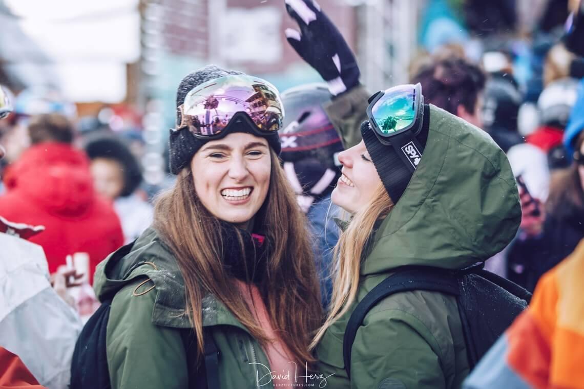 Groupe de skieurs avec deux femmes en premier plan