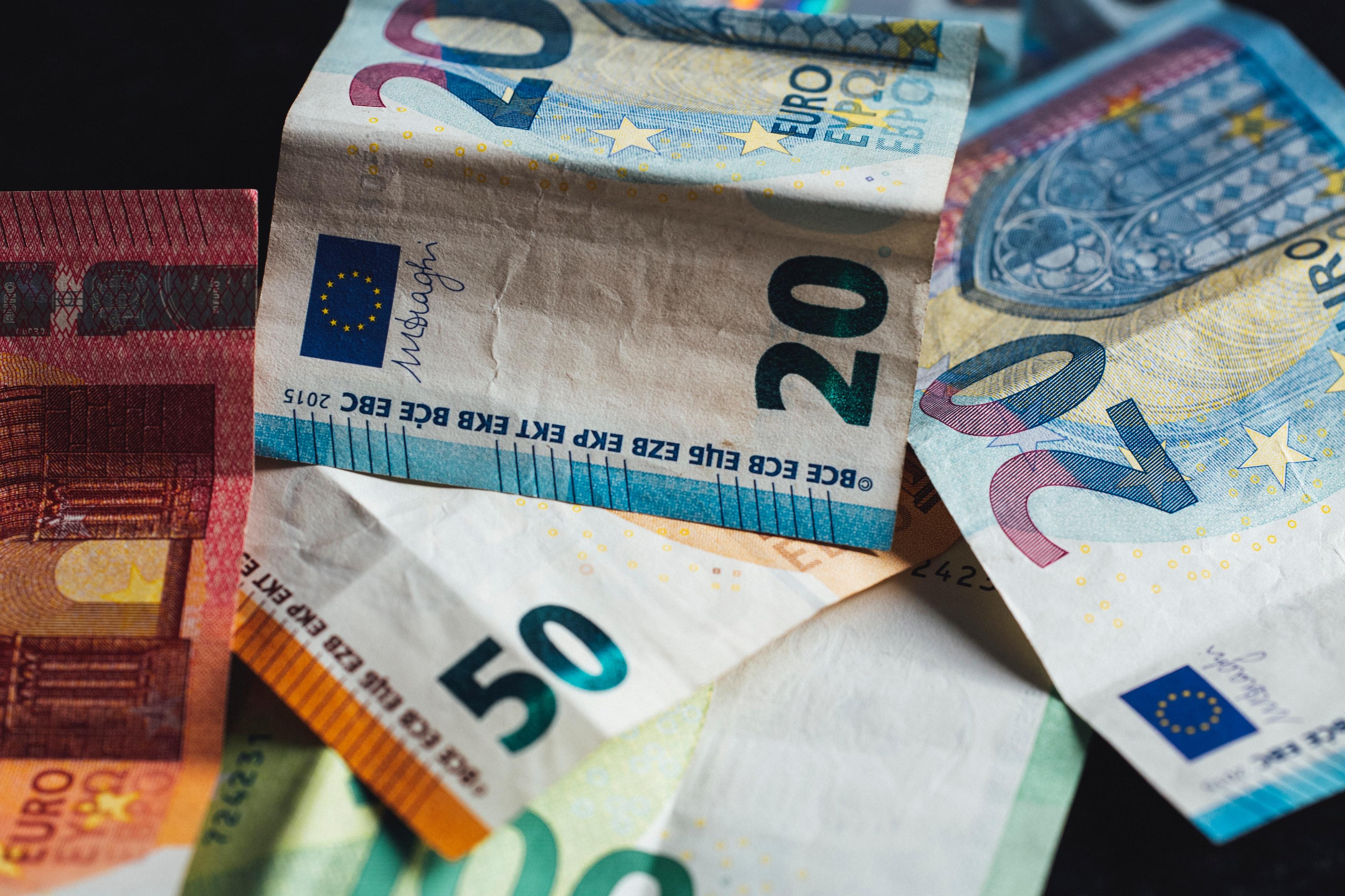 Terugvallende inkomsten kunnen leiden tot een afnemende cashflow. Maar ook in tijden van groei, waarbij het werkkapitaal toeneemt, komt cash centraal te staan. Bij banken is het steeds moeilijker om werkkapitaal te financieren dus alle reden om de regie te hebben over je cash. Wat kun je zelf doen om de cashflow van je organisatie te verbeteren? Met een nulmeting weet je snel waar je staat. En nog belangrijker: aan welke knoppen kun je draaien en wat kun je verbeteren. De HighQ CashFlow Scan biedt je de oplossing voor dit vraagstuk.