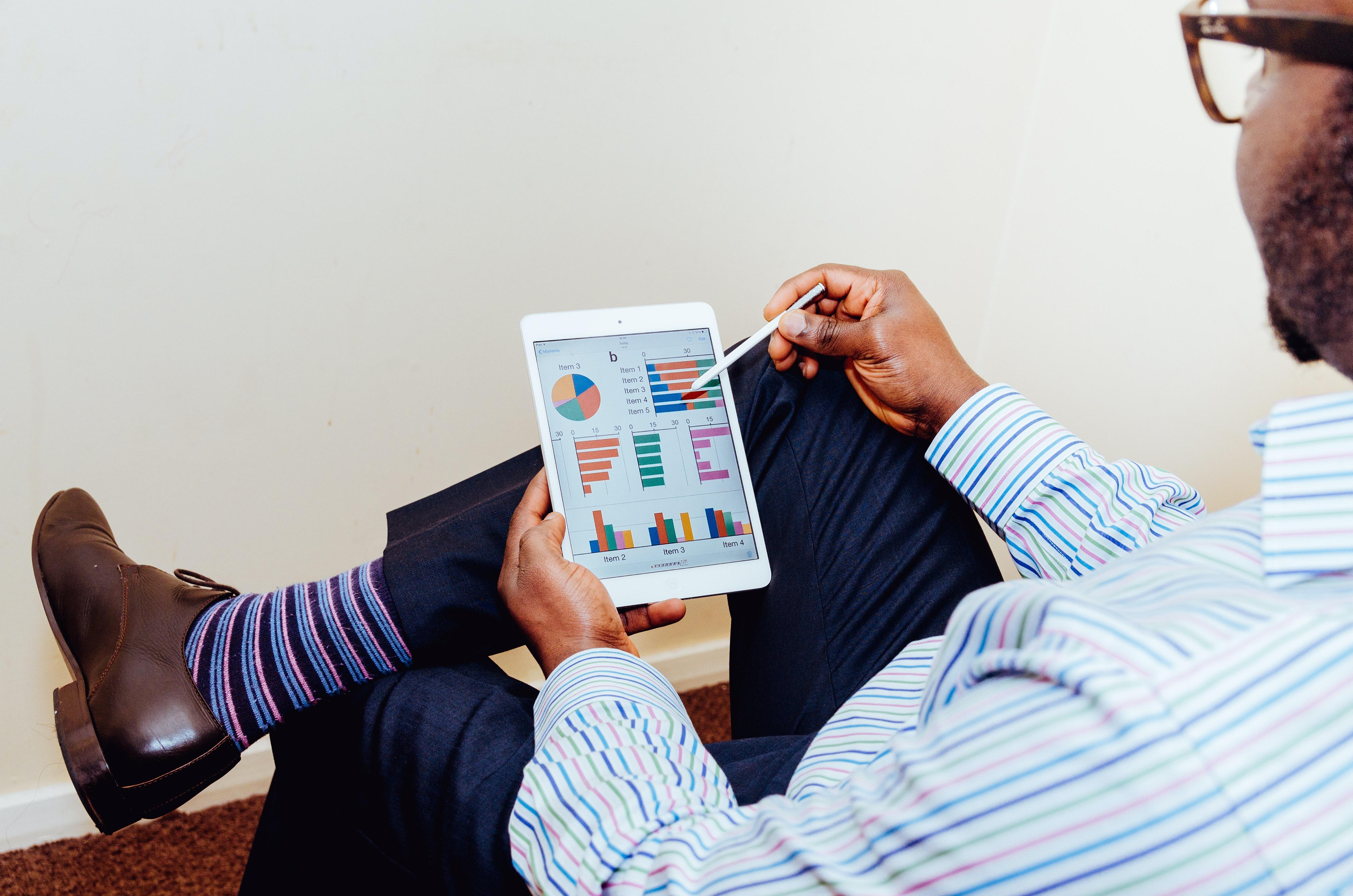 Je wilt graag in één oogopslag zien hoe je organisatie ervoor staat. Wat gaat goed in jouw organisatie en waar doen zich problemen voor? Een veelgebruikt instrument is een KPI-dashboard: een overzichtelijke presentatie van door het management vastgestelde KPI's (Kritische Prestatie Indicatoren). Met een nulmeting weet je precies waar jij snel waar je staat. En nog belangrijker: welke informatie heb je inzichtelijk en welke informatie ontbreekt er. De BI Scan biedt je de oplossing voor dit vraagstuk.