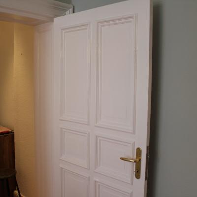 Weiß gestrichene Holztür