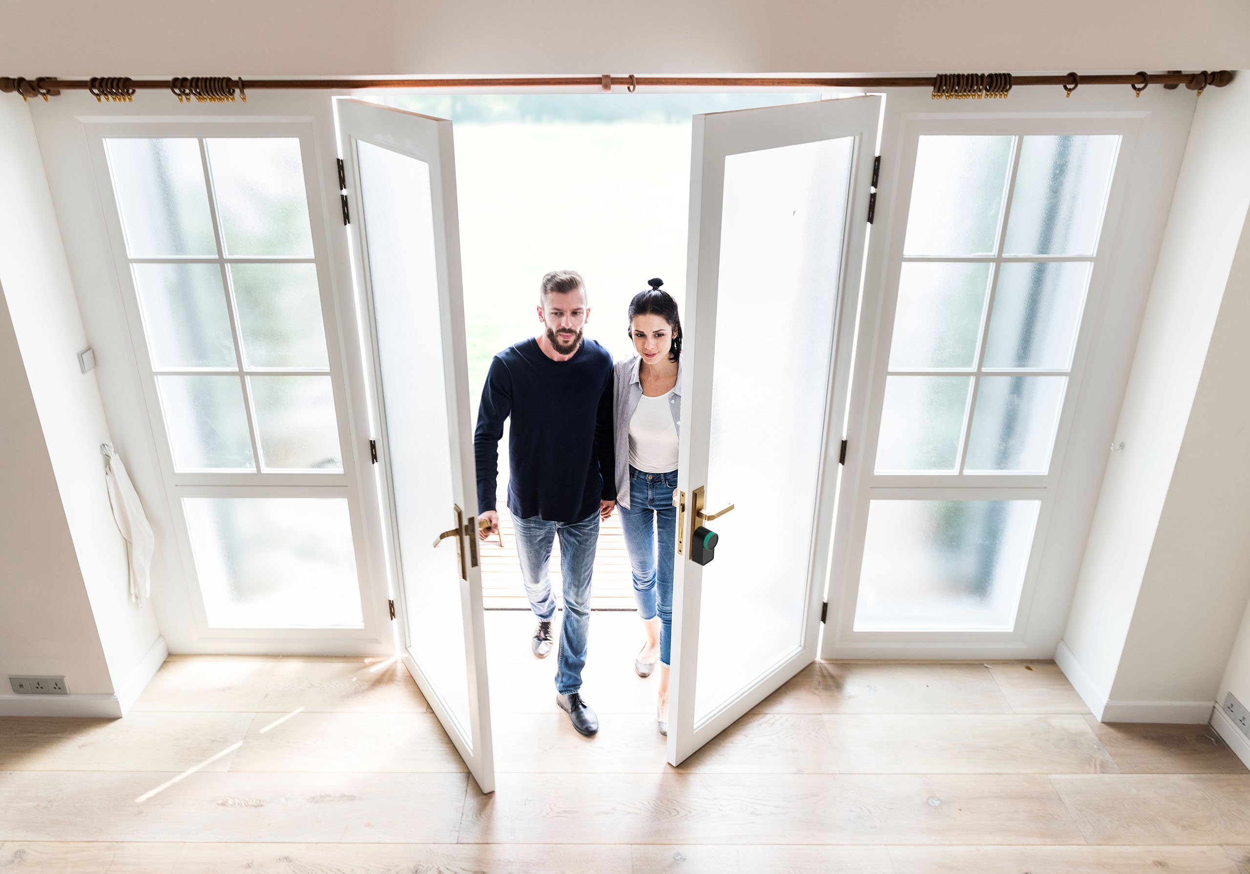 couple entering Airbnb house keymtt smart lock