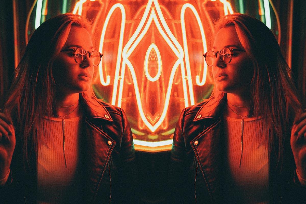 Stimmungsbild: Frau vor Neonschrift