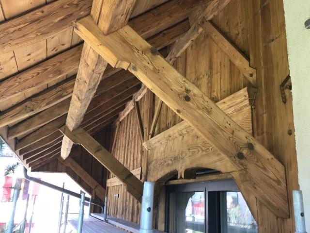 Avant-toit d'une vieille ferme rénovée à la Tour-de-Trême