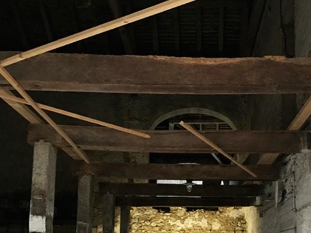 Gommage de vieilles poutres en bois