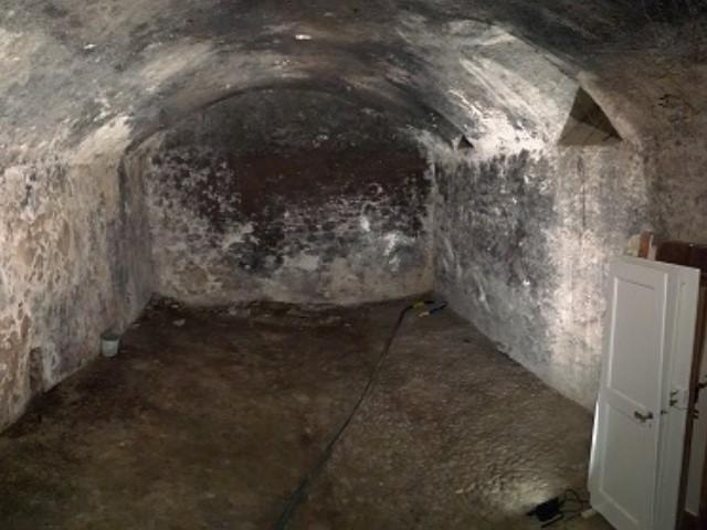 Gommage nettoyage de salpêtre d'une cave à vin