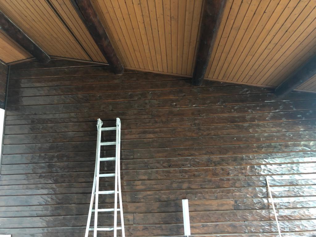 Sablage par micro-gommage des plafond en lambris  et paroi en madrier à Arzier 1/2
