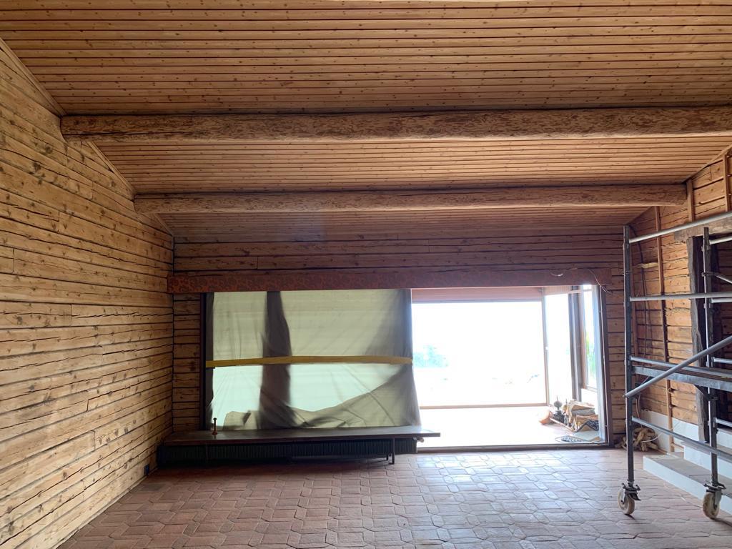 Sablage par micro-gommage des plafond en lambris  et paroi en madrier à Arzier 2/2