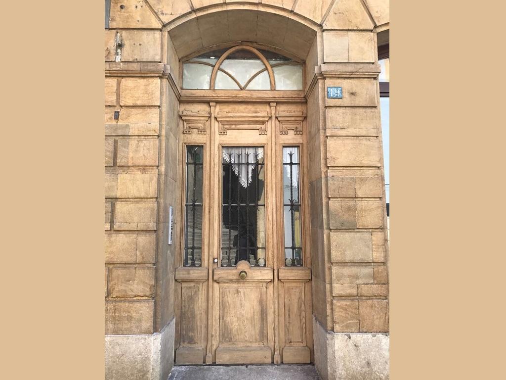 Gommage d'une porte en bois vitrée