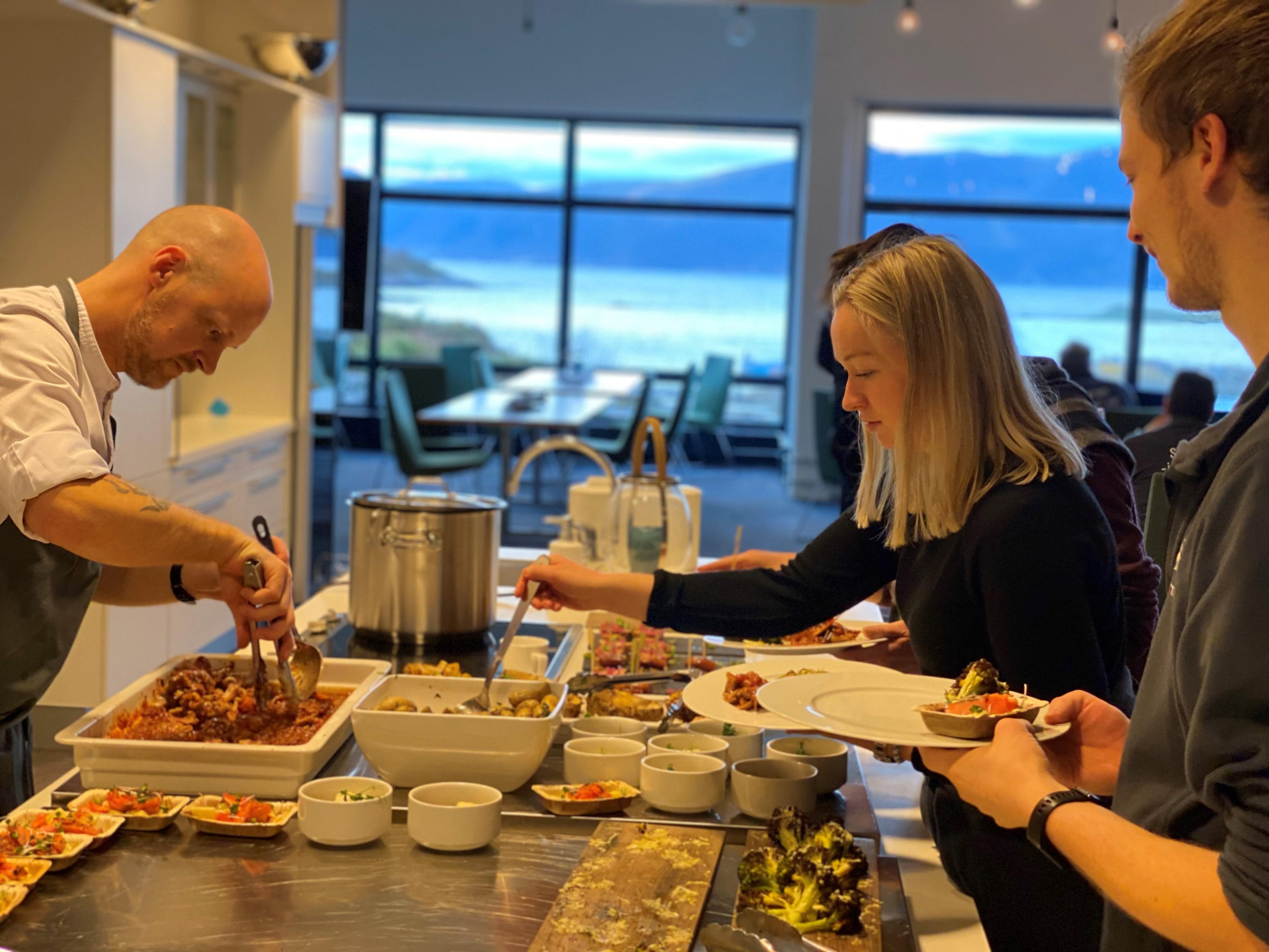 Abendessen serviert von unserem eigenen Aquarium Chef und mit Blick auf die Breisundet.