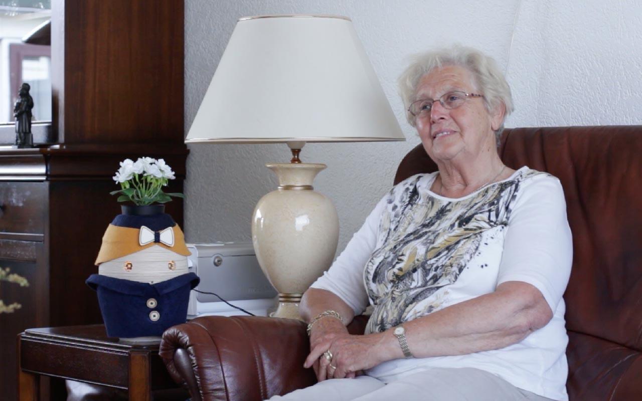 Tessa in huis bij mevrouw van Boxtel. Ze heet een lichte vorm van dementie.