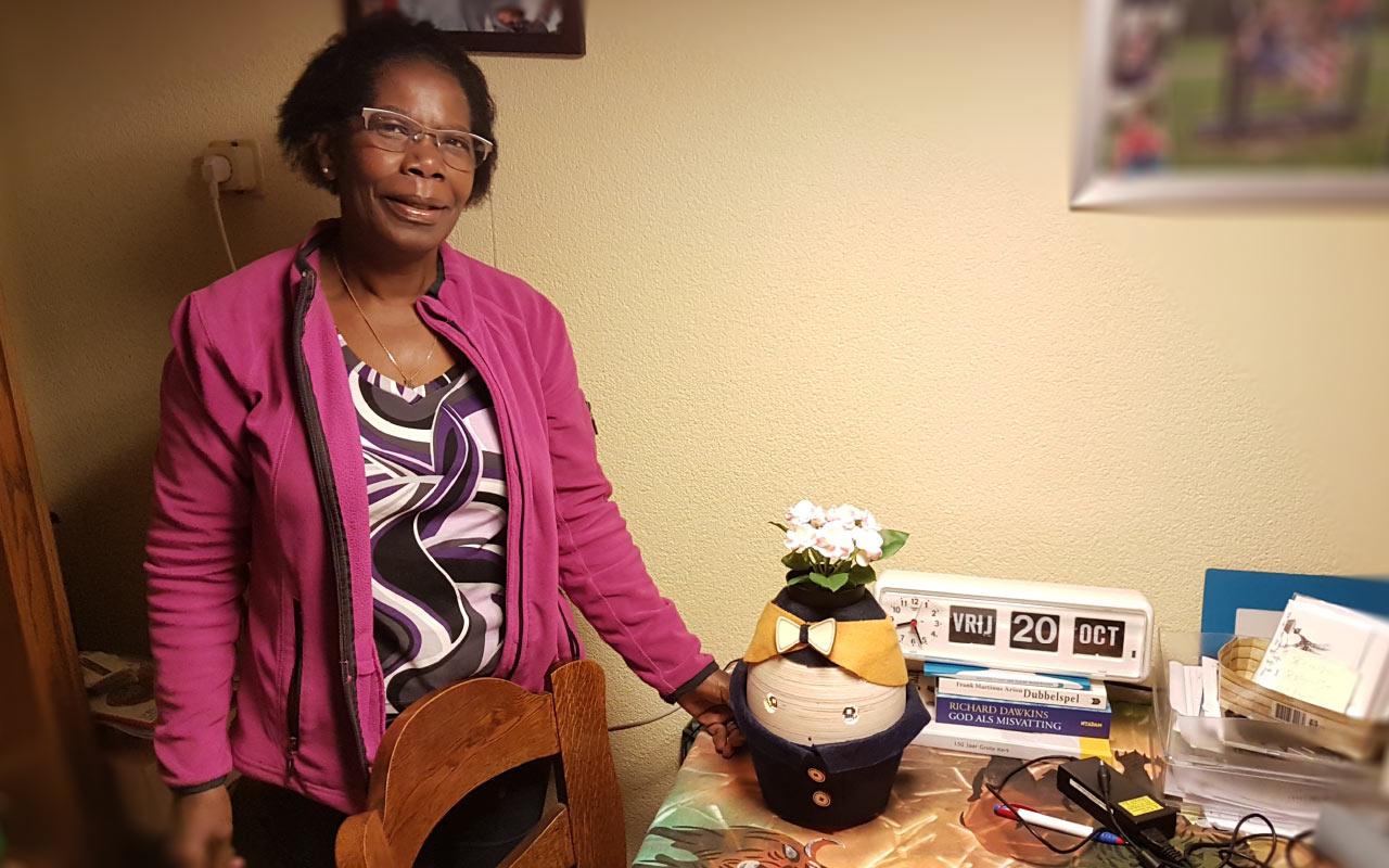 Tessa in huis bij mevrouw van Santvoord. Haar man heeft dementie.