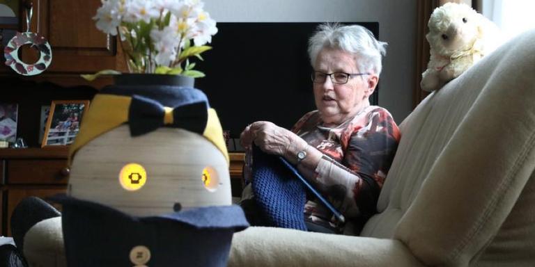 Sietske Ligthart uit Wommels heeft veel steun aan de pratende bloempot Tessa. FOTO SIMON BLEEKER