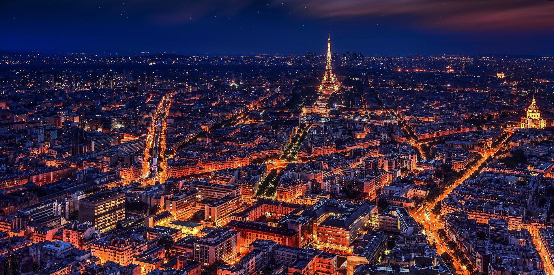 Ville de paris vue de nuit avec la tour Eiffel