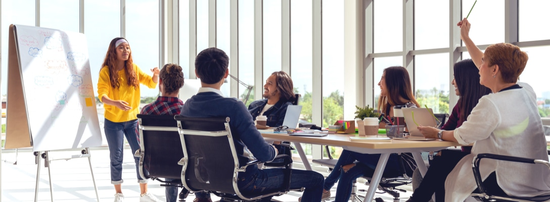 Meeting Situation mit vielen Personen an einem Tisch