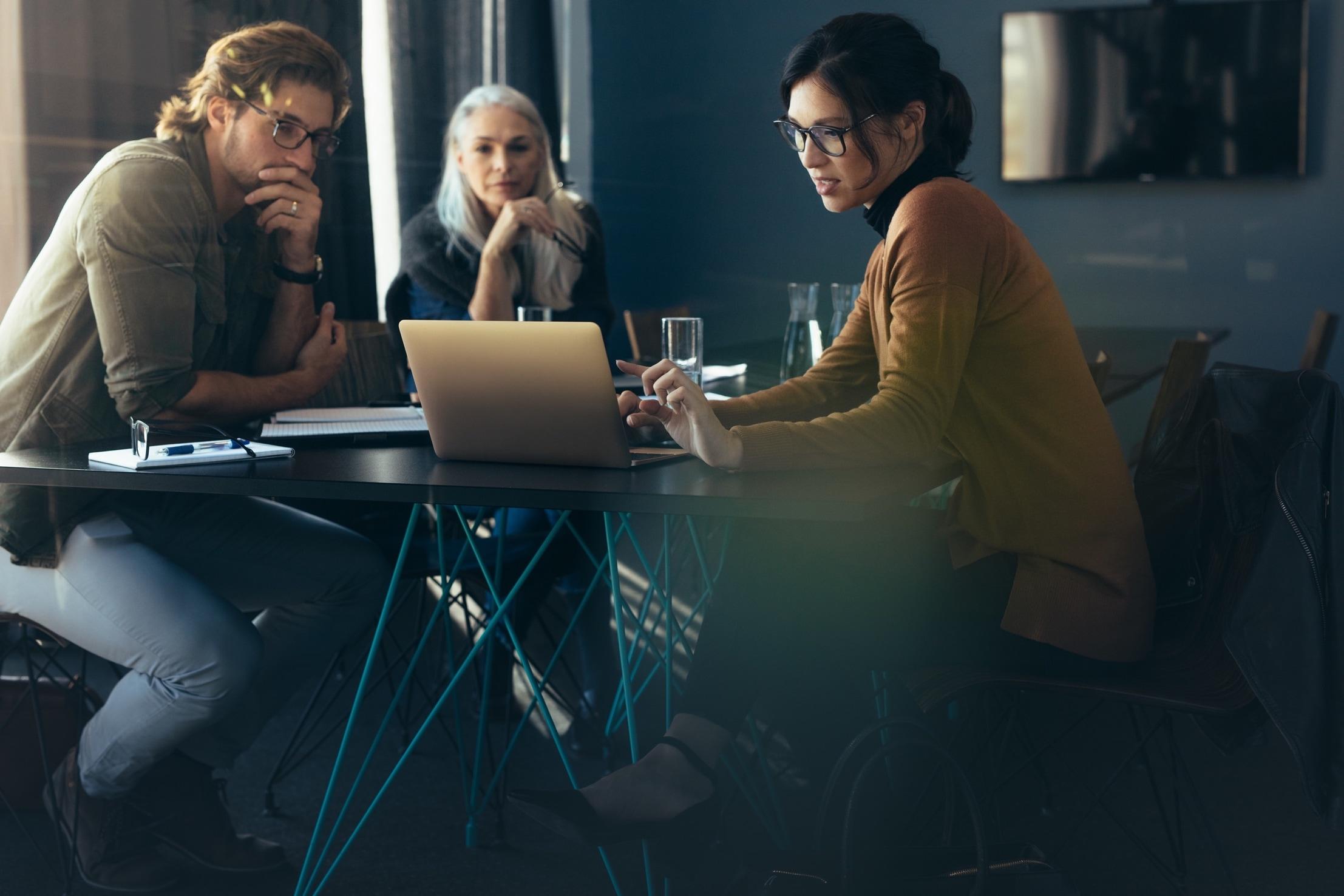 Lachende blonde Frau in einem Büro am Schreibtisch