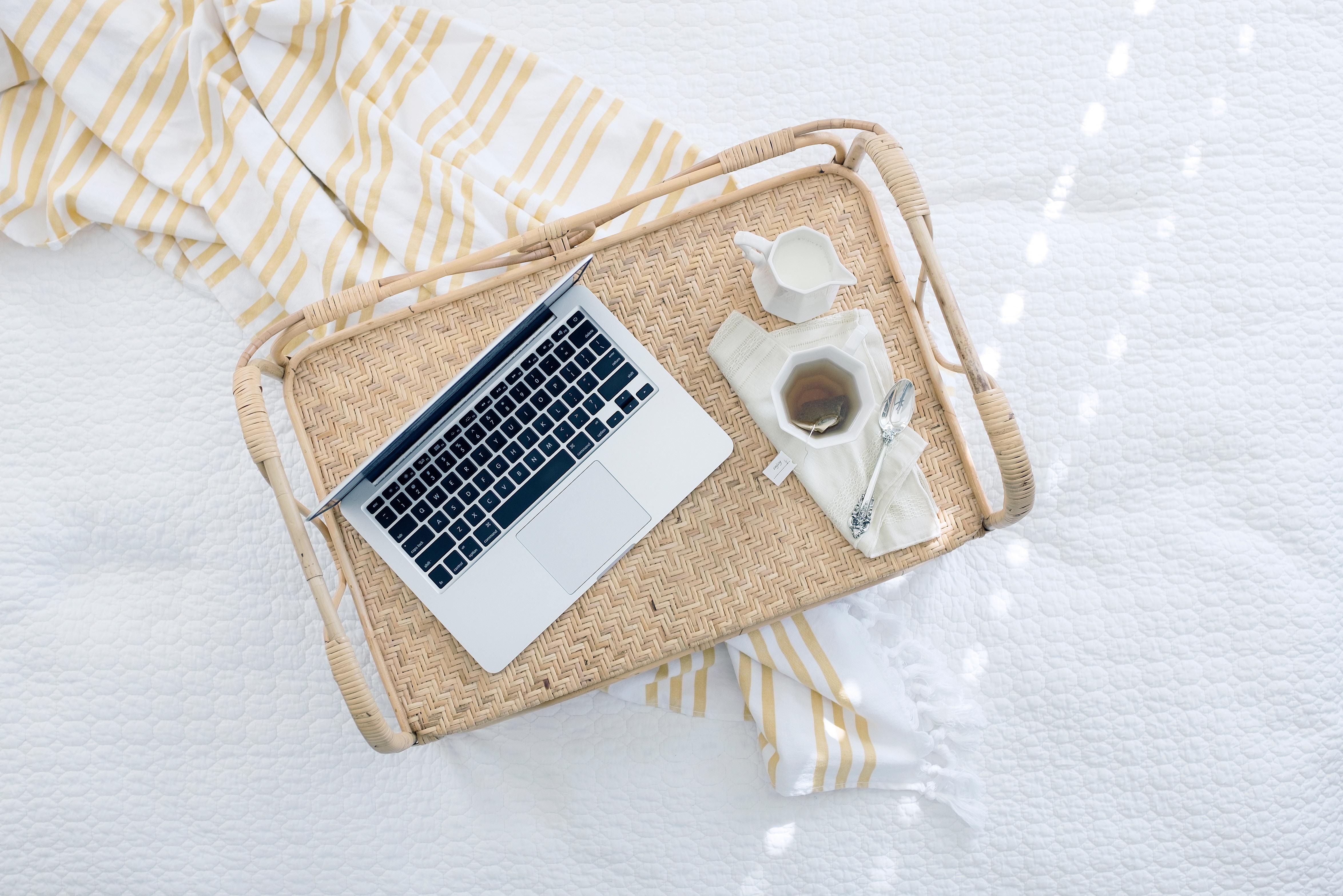 Laptop und Tee Tasse auf einem Tisch
