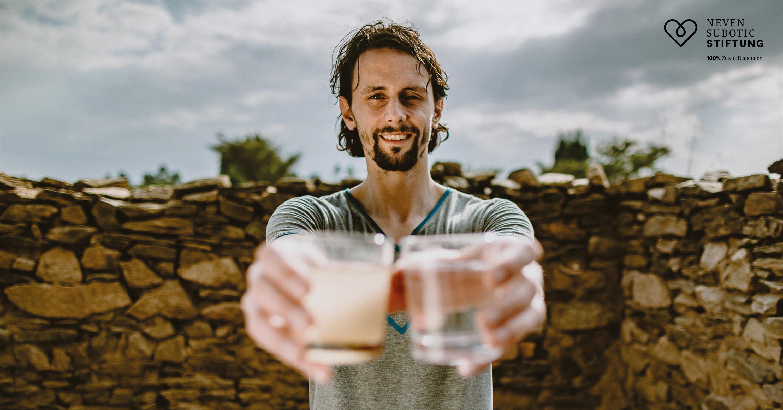 Neven Subotic hält zwei Wasser Gläser
