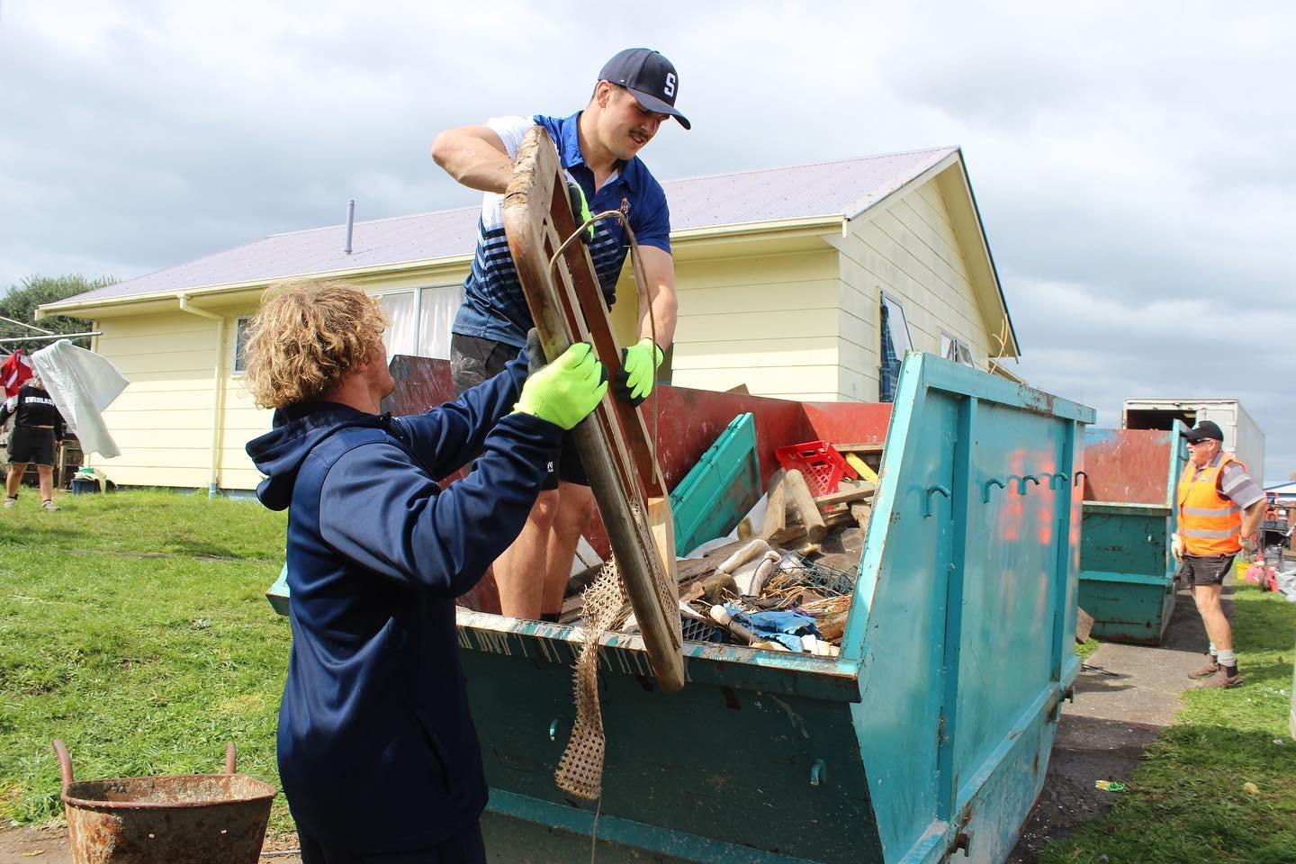 Members of the Bay of Plenty Steamers helping load a skip