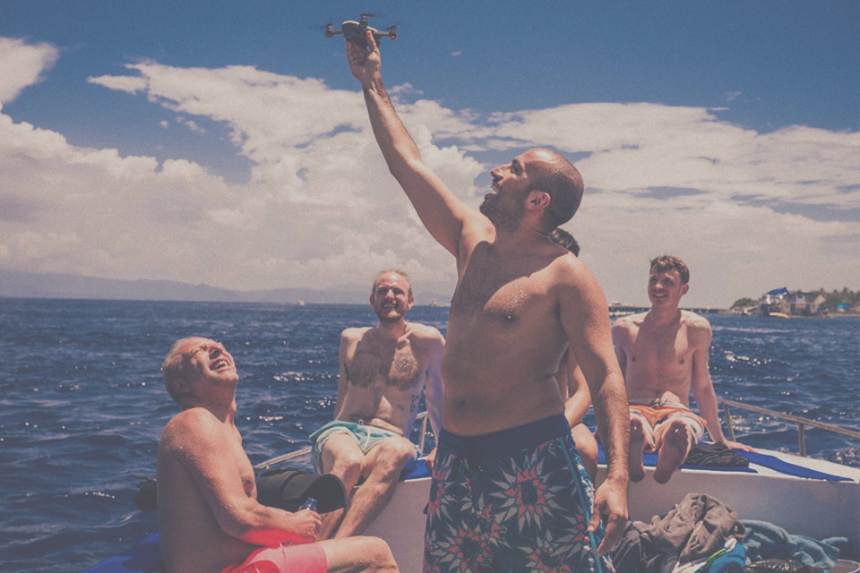 Foto Bootsausflug mit stehender Person in der Mitte