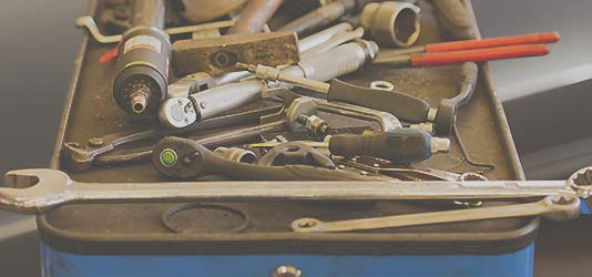 Foto einer Werkzeugkiste mit verschiedenen Tools