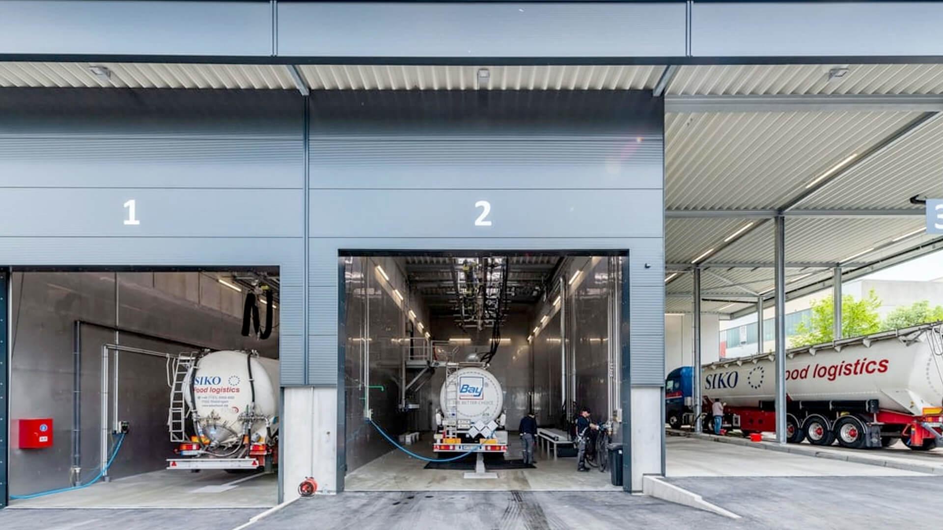 Neben zwei Reinigungsbahnen für Lebensmittel & Chemie, finden Sie hier auch zwei Waschplätze für LKW.