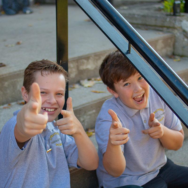 boys-pointing