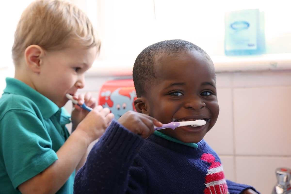 photo of children cleaning their teeth