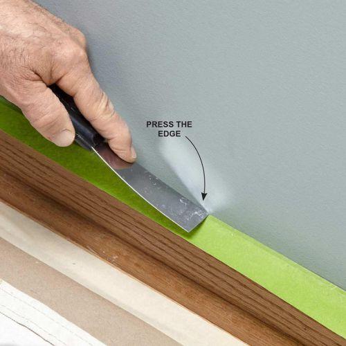 Tekan lakban kertas sebagai cara mengecat dinding menggunakan masking tape