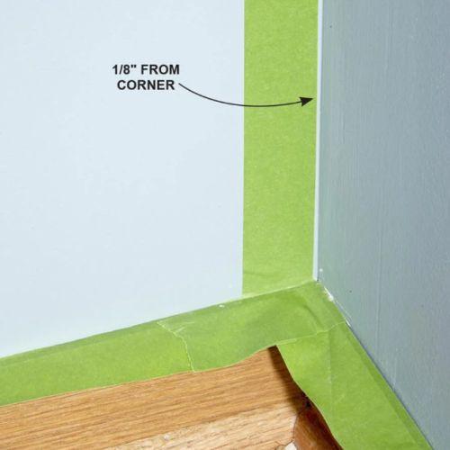 Gunakan kuas untuk cara ngecat dinding menggunakan masking tape area ujung dinding
