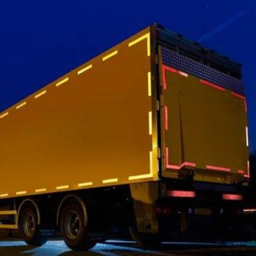 Sticker reflektor pada truk box di malam hari