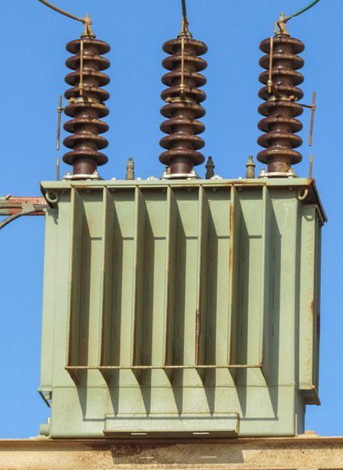 Trafo distribusi listrik untuk menyesuaikan nilai voltase