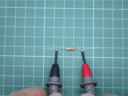 mengukur resistor tipe THT
