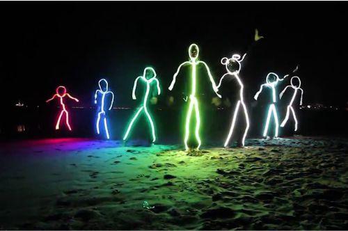 Penggunaan neon flex untuk kostum tari
